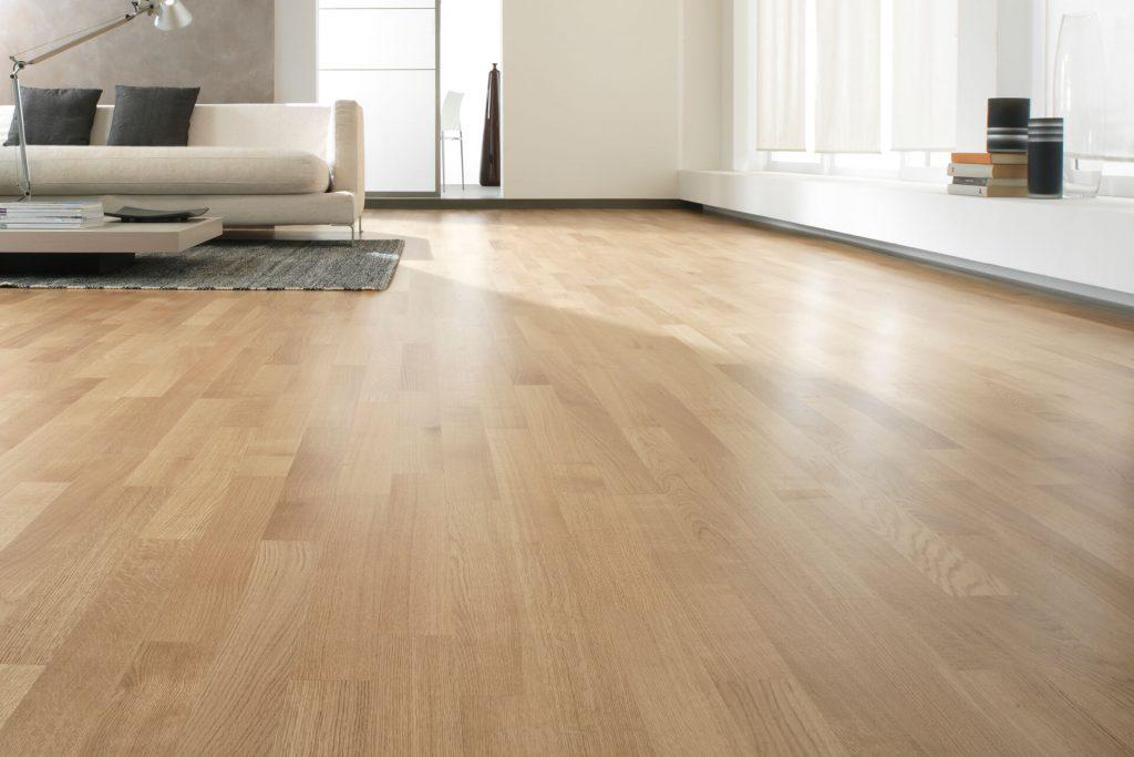 soggiorno con pavimento in legno